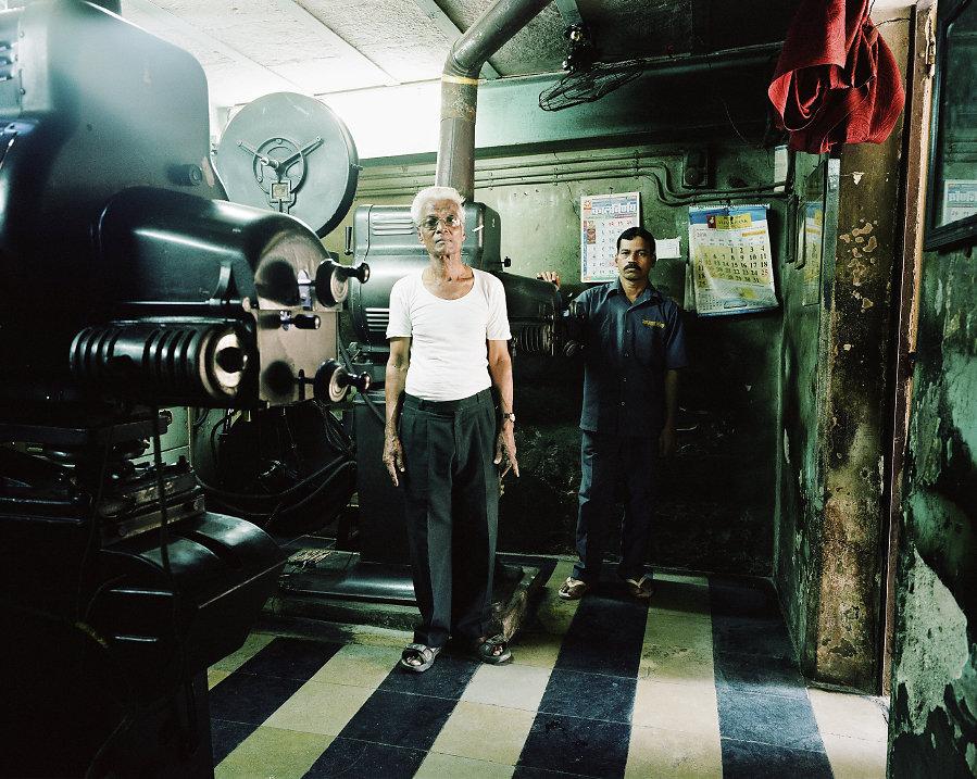 Haribhai et Sawant, projectionnistes du Bharat Cinema de Mumbai