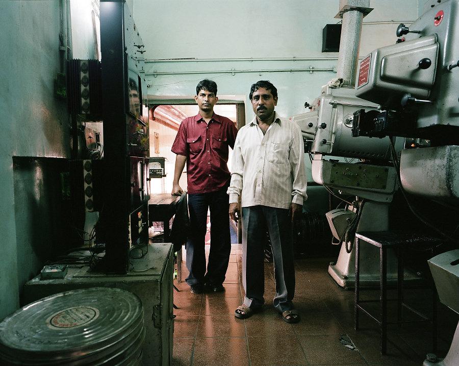 Sathaliya et Namdev Surve, projectionnistes du Moti Talkies de Mumbai